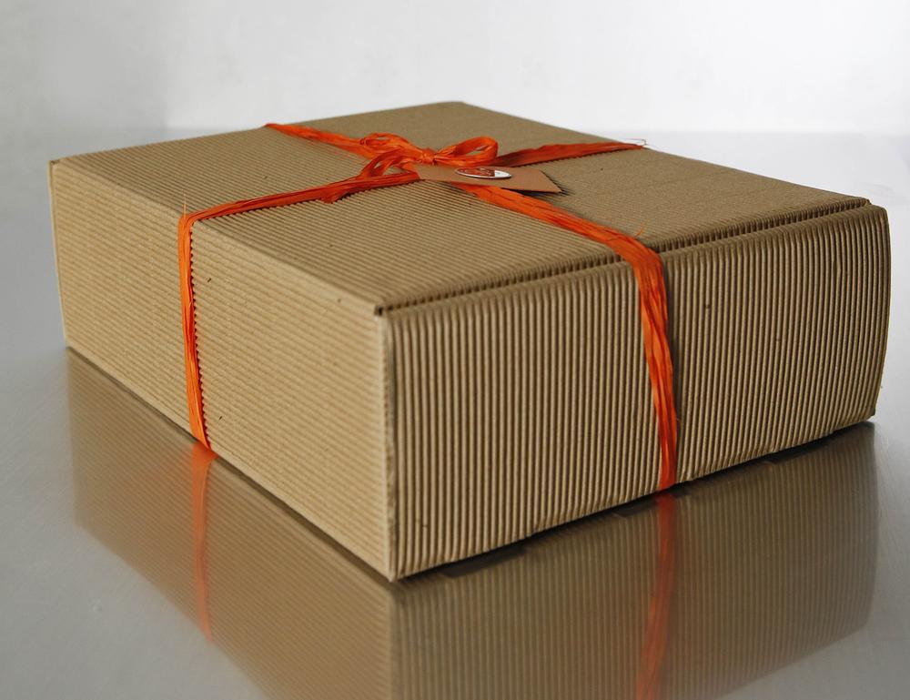 83 подарка были упакованы в большие и маленькие коробки в большие коробки